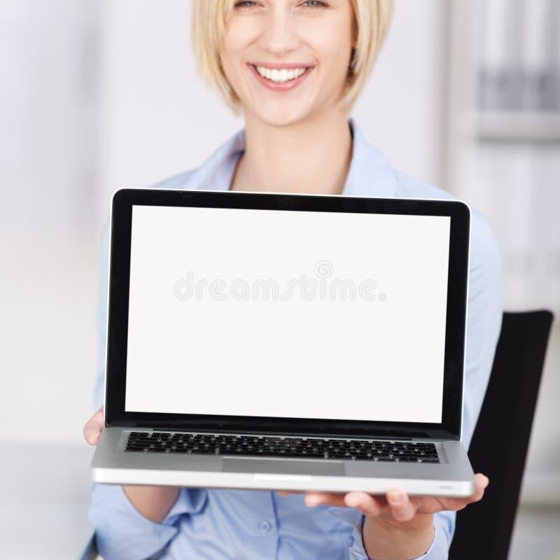 Oficina de Displaying Laptop In de la empresaria imagenes de archivo
