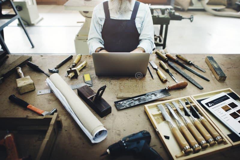 Oficina de madeira de Craftmanship Carpentry Handicraft do carpinteiro concentrada imagens de stock royalty free