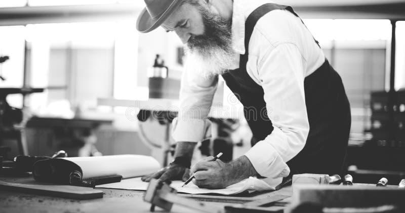 Oficina de madeira de Craftmanship Carpentry Handicraft do carpinteiro concentrada fotos de stock royalty free