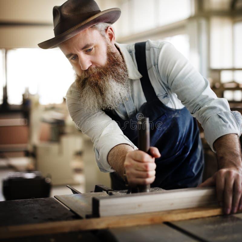 Oficina de madeira de Craftmanship Carpentry Handicraft do carpinteiro concentrada imagem de stock royalty free