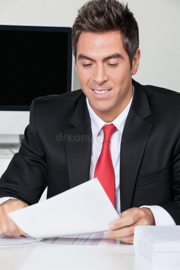 Oficina de Reading Document In del hombre de negocios fotos de archivo libres de regalías