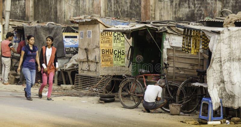 Oficina de reparações do ciclo no lado da rua fotografia de stock