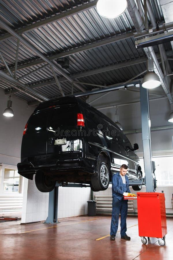 Oficina de reparações para minibus, manutenção do carro foto de stock