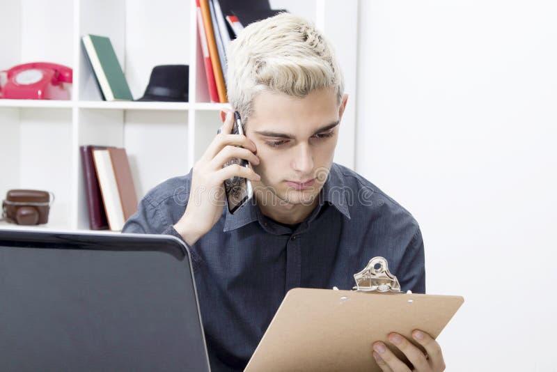 Oficina de trabajo del hombre joven imagen de archivo libre de regalías