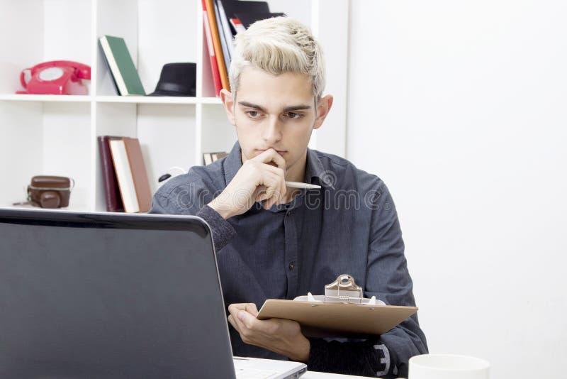 Oficina de trabajo del hombre joven foto de archivo libre de regalías