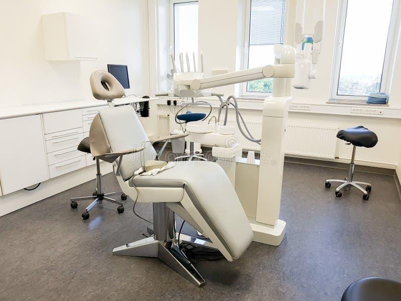 Oficina del dentista Herramienta ortodóntica del modelo y del dentista imágenes de archivo libres de regalías