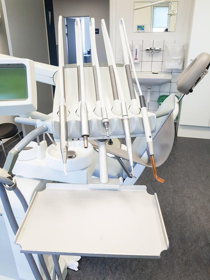 Oficina del dentista Herramienta ortodóntica del modelo y del dentista foto de archivo