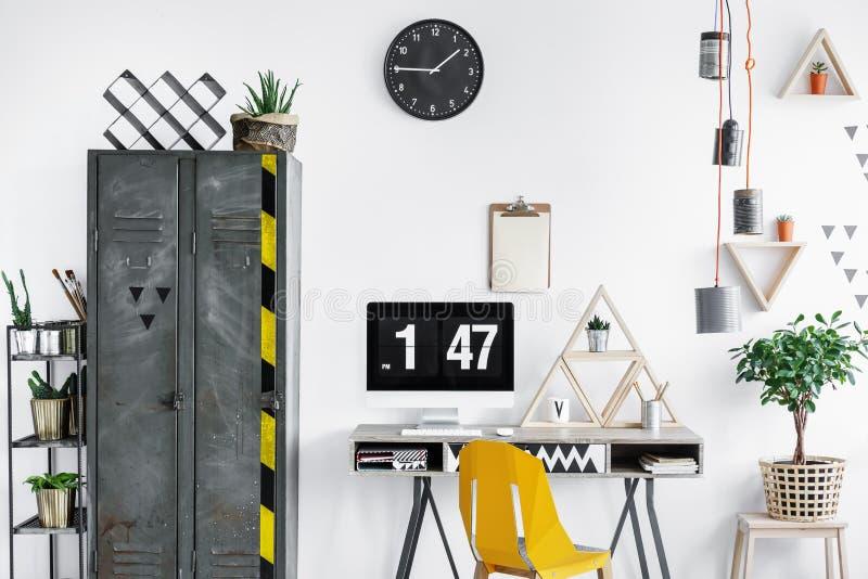 Oficina del diseñador con el reloj negro fotografía de archivo