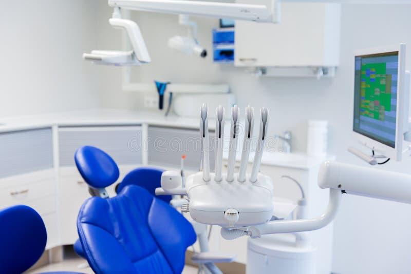 Oficina dental de la clínica con el equipamiento médico fotografía de archivo libre de regalías