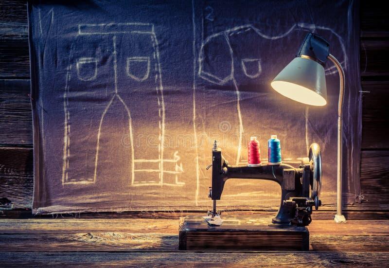 Oficina do alfaiate com máquina de costura e pano ilustração do vetor