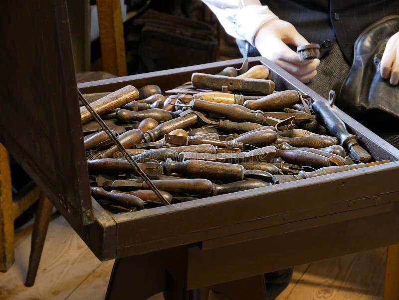 Oficina do sapateiro do vintage com a sapata que faz ferramentas imagem de stock