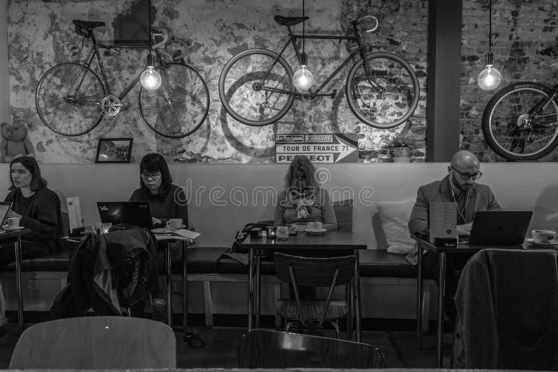 Oficina flexible y trabajo en una barra de café local fotos de archivo libres de regalías