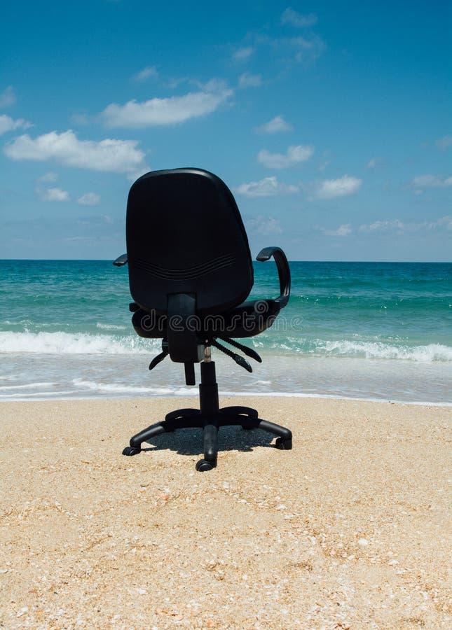 Oficina ideal en la playa Vacaciones necesarias foto de archivo