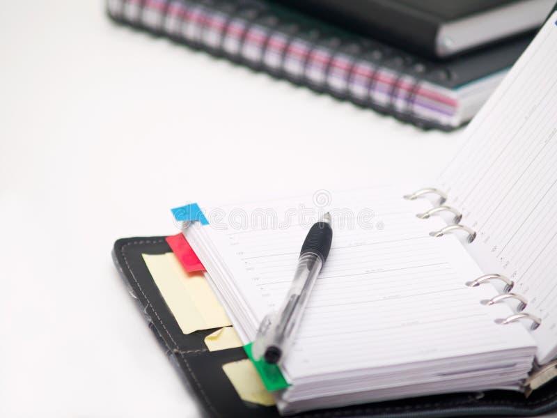 Oficina inmóvil - pluma y diario en blanco