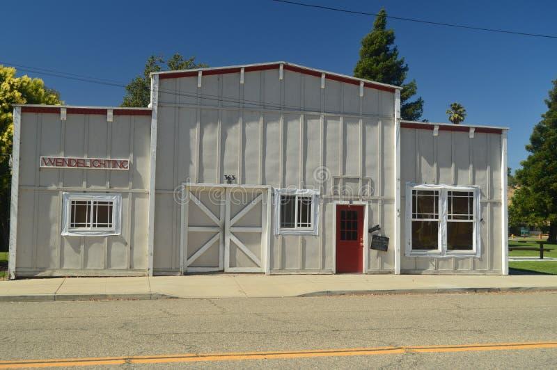 Oficina mecânica do carro bonito no estilo ocidental selvagem em Los Alamos fotos de stock royalty free