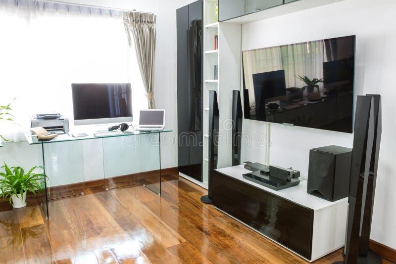 Oficina moderna con el ordenador y el ordenador portátil fotos de archivo