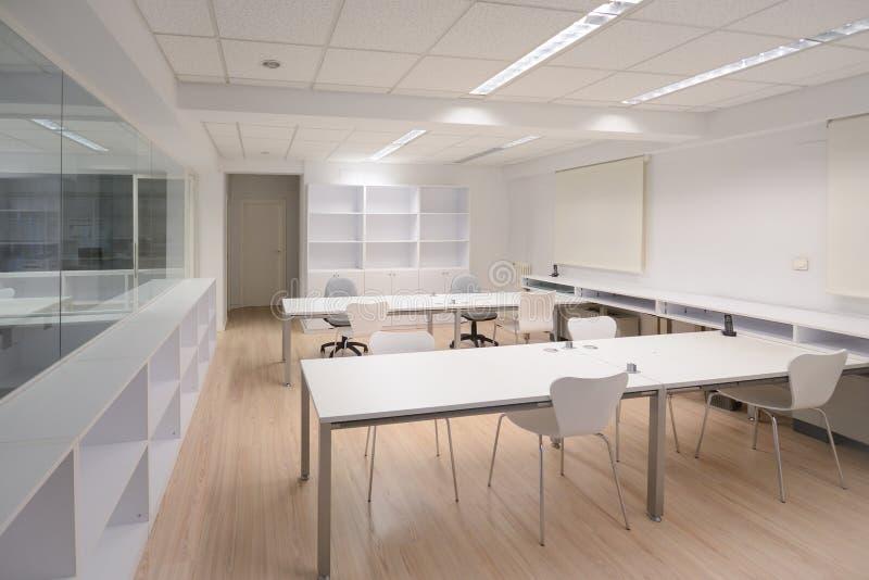 Oficina moderna con los muebles blancos fotos de archivo libres de regalías