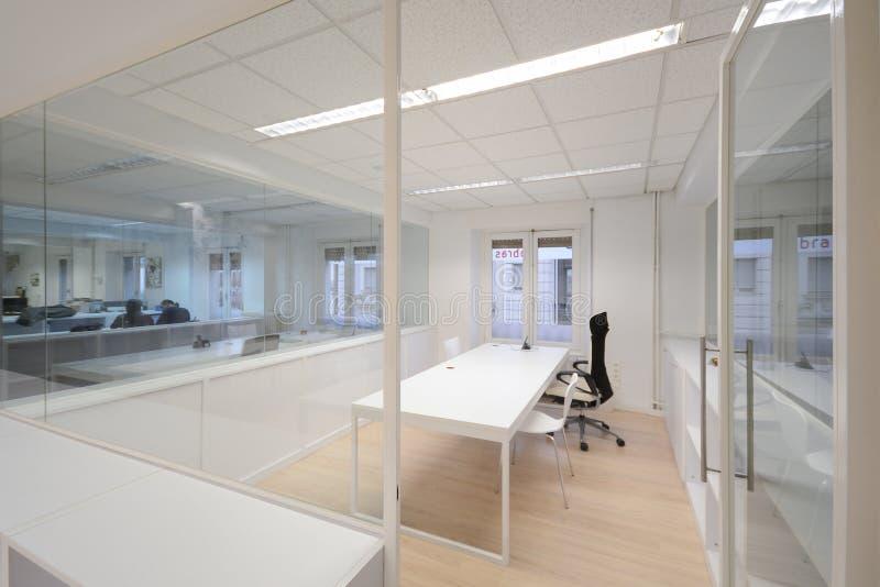 Oficina moderna con los muebles blancos fotos de archivo