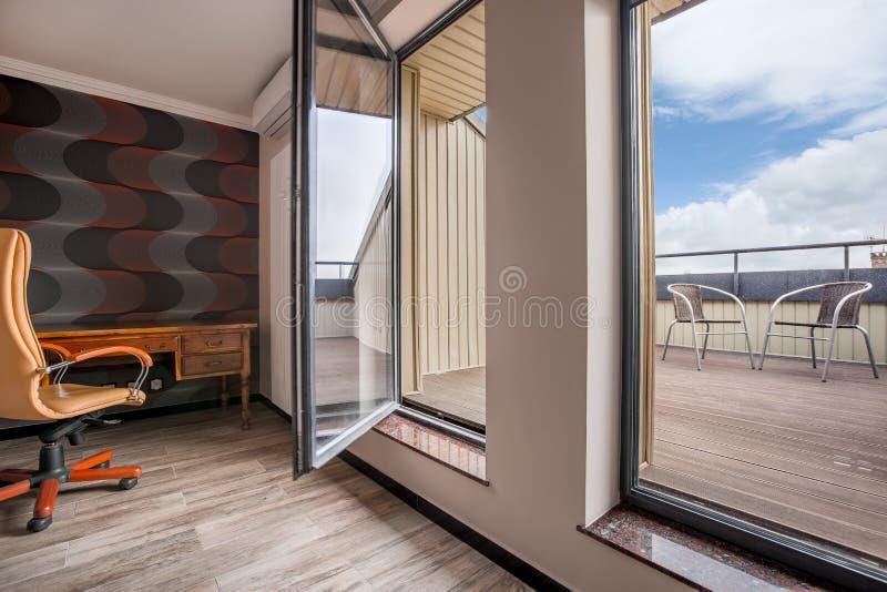 Oficina moderna del balcón en privado foto de archivo libre de regalías