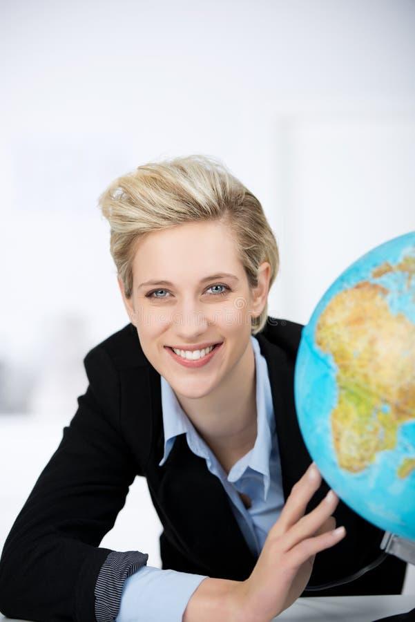 Oficina sonriente de With Globe In de la empresaria foto de archivo libre de regalías