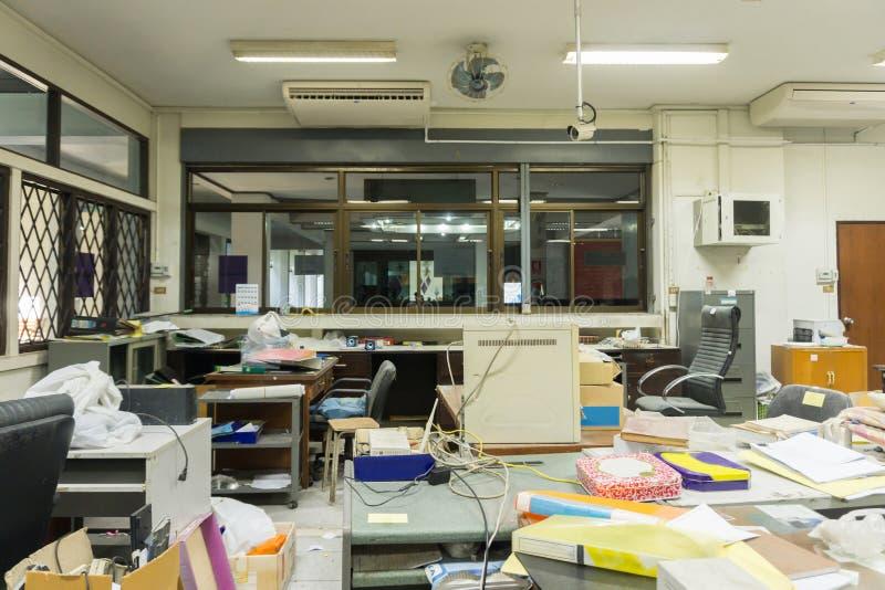 Oficina sucia, sucia y abandonada, luz pobre fotos de archivo