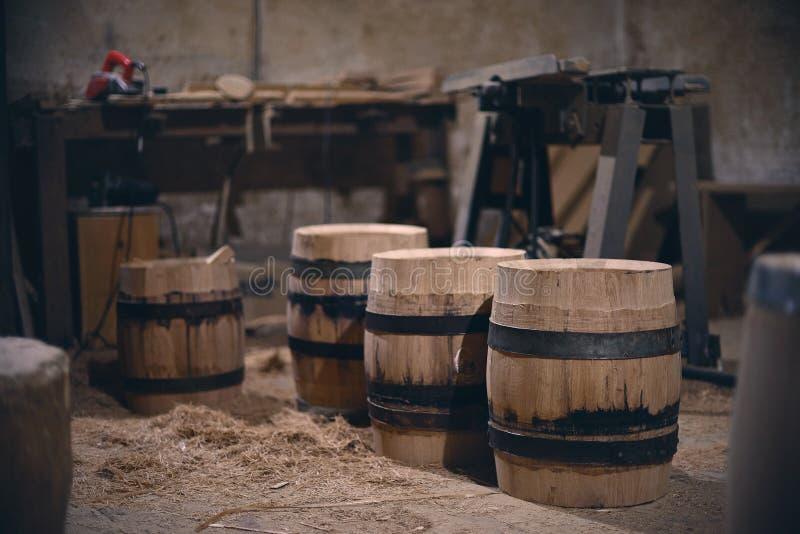 Oficina velha da vila com as ferramentas de madeira diferentes imagens de stock