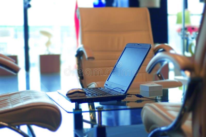 Oficina y computadora portátil modernas imagen de archivo