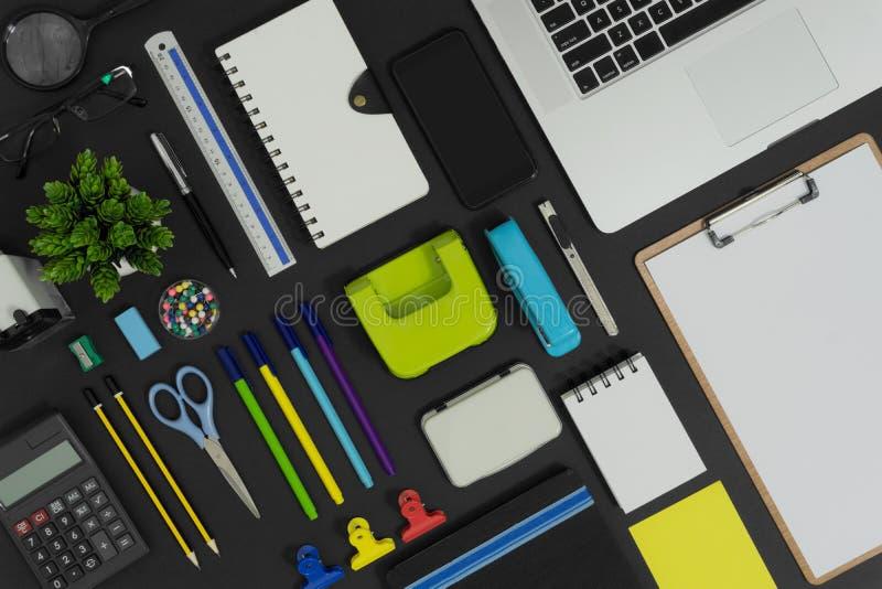 Oficina y fuente de los efectos de escritorio y de los dispositivos de la escuela imagen de archivo