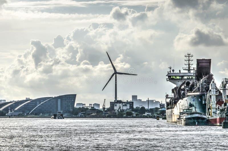 Oficinas, turbina de viento, astilleros en Rotterdam fotografía de archivo libre de regalías