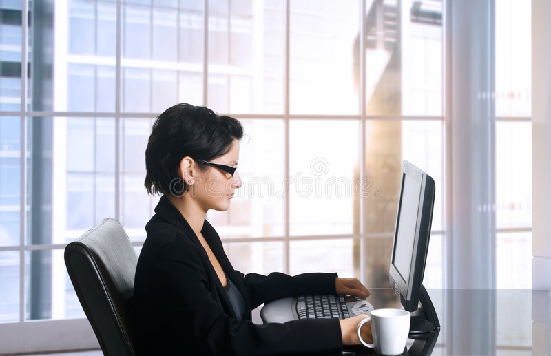 Oficinista de sexo femenino imagenes de archivo