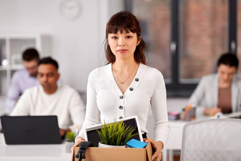 Oficinista de sexo femenino con la caja de materia personal fotografía de archivo libre de regalías