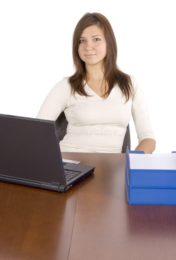 Oficinista de sexo femenino en el escritorio foto de archivo