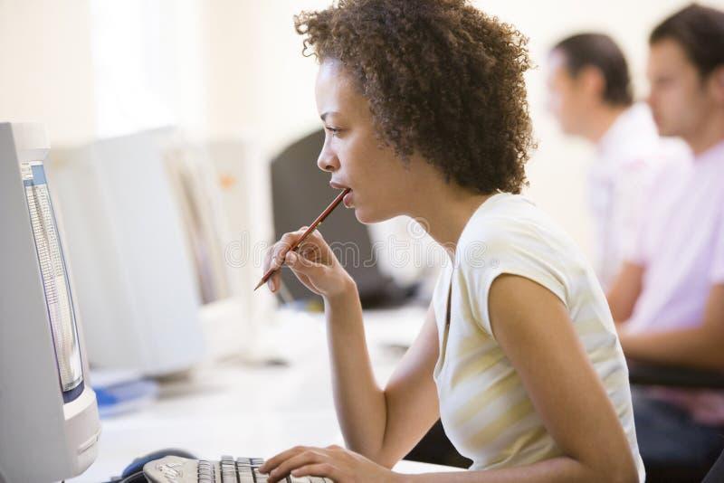 Oficinista de sexo femenino en el ordenador