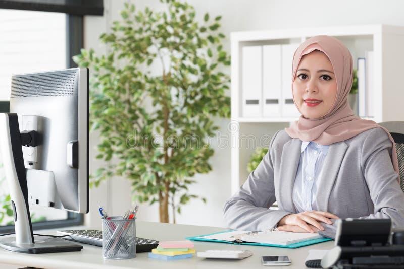 Oficinista de sexo femenino musulmán de la belleza profesional foto de archivo libre de regalías
