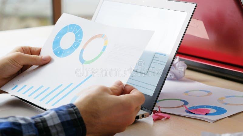Oficinista del análisis de datos del papeleo del negocio imagenes de archivo