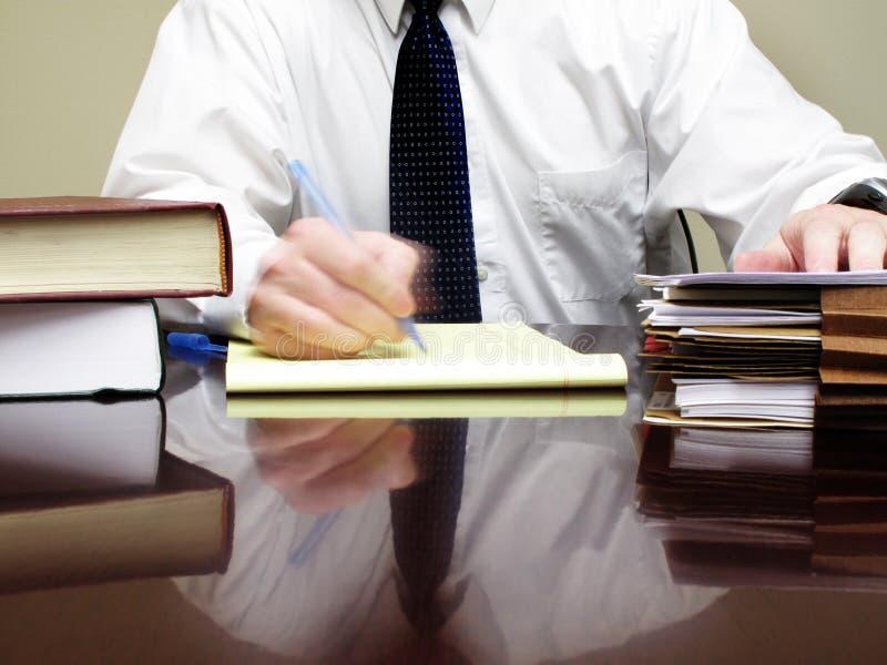 Oficinista en el escritorio imagen de archivo