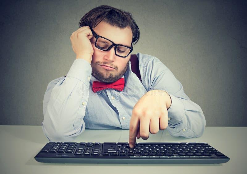 Oficinista macizo perezoso que procrastina imagen de archivo