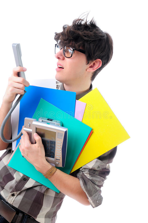 Oficinista nerdy infeliz que mira el teléfono, aislado en blanco fotos de archivo libres de regalías