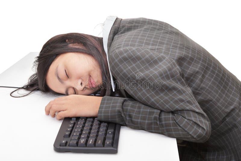Oficinista que duerme en el escritorio foto de archivo