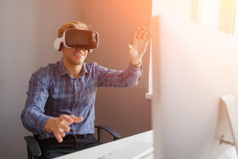 Oficinista que gesticula mientras que usa el headse de VR foto de archivo libre de regalías