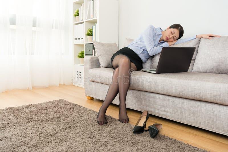 Oficinista que usa el ordenador portátil móvil que siente cansado imagen de archivo libre de regalías