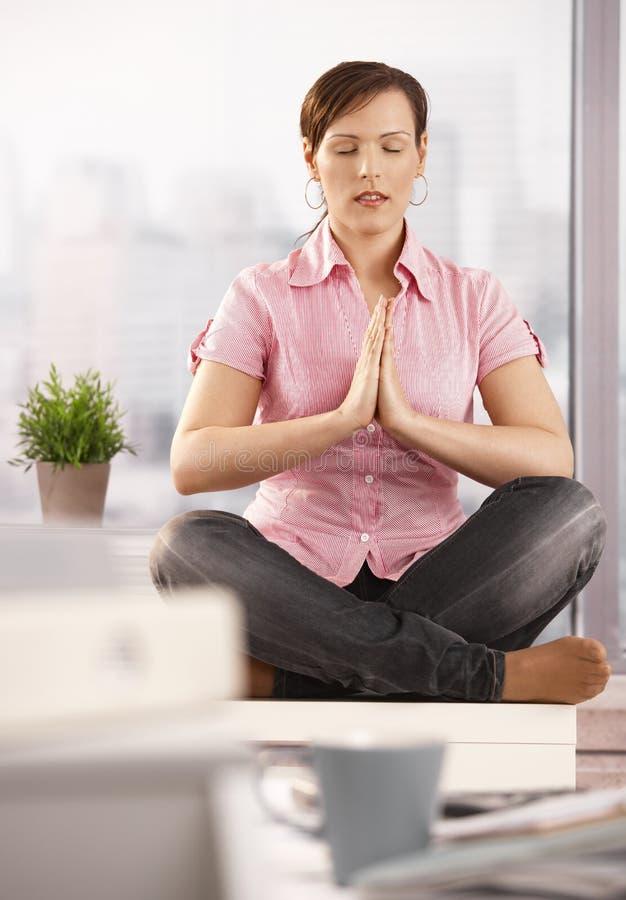 Oficinista Relaxed meditating imagen de archivo
