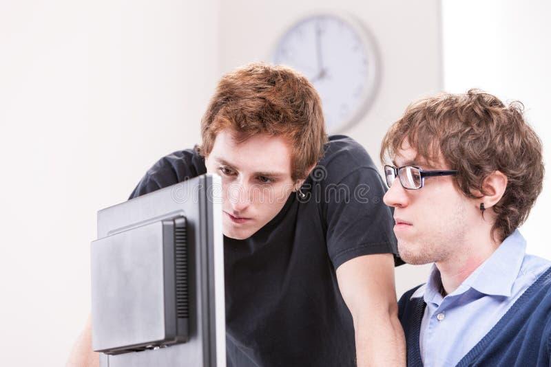 Oficinistas confiados que trabajan junto imagenes de archivo