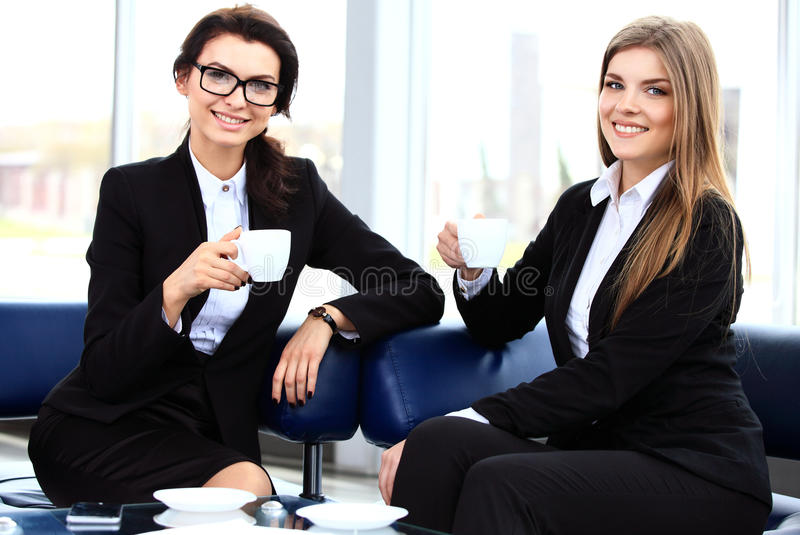 Oficinistas en el descanso para tomar café, mujer que disfruta de la charla foto de archivo libre de regalías