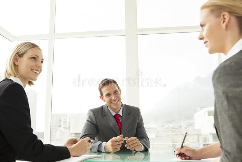 Oficinistas en una reuni?n de negocios fotos de archivo libres de regalías