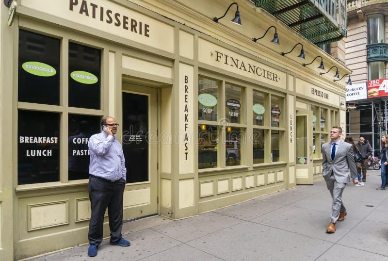 Oficinistas fuera de un restaurante en New York City en la hora del almuerzo imagenes de archivo