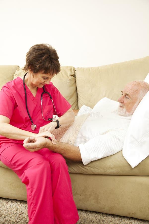 Oficio de enfermera casero - tomar pulso fotografía de archivo