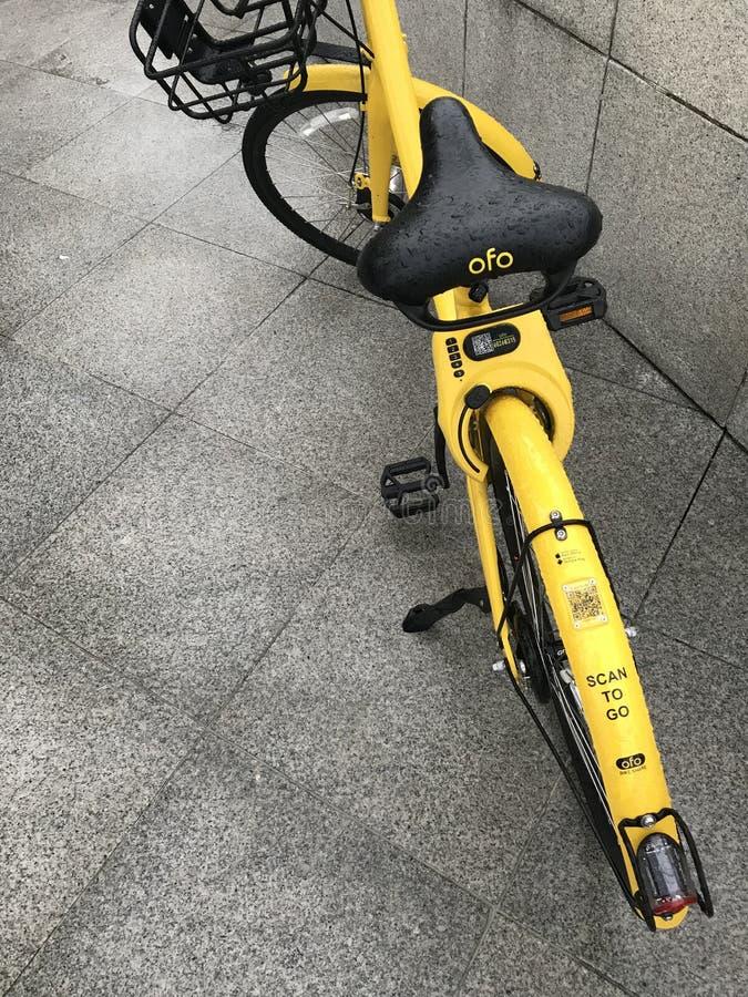 ` ofo `品牌骑自行车在走的街道上的停车处在Merlion公园,新加坡前面 库存照片