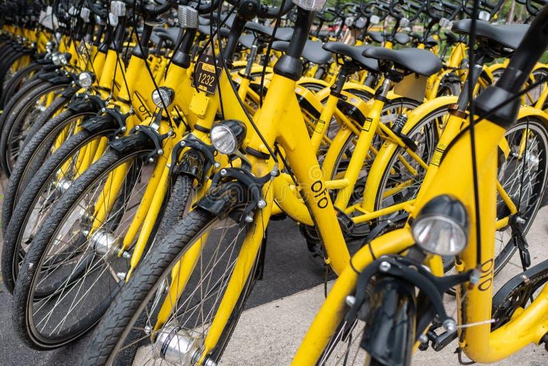 Ofo-Fahrräder werden auf der Seite der Straße geparkt lizenzfreie stockbilder