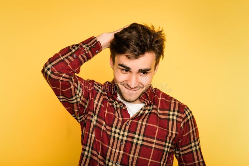 Ofog för man för busigt leende för bråkmakare förtjust royaltyfri foto